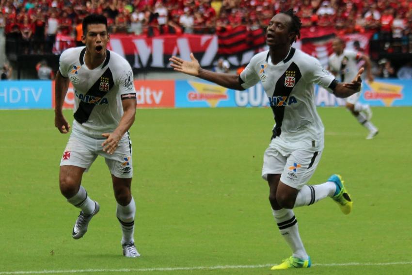 Andrezinho e Julio dos Santos comemoram primeiro gol - Foto: Carlos Gregório Jr/Vasco.com.br